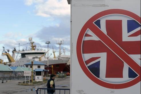 Un drapeau de l'Union Jack barré sur le port d'Ushuaïa, en Argentine, à la veille de la commémoration du trentième anniversaire du début de la guerre des Malouines.