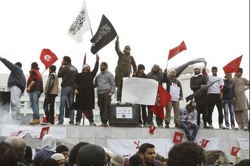 Des militants salafistes manifestent à Tunis, le 9 mars dernier, devant le siège de la télévision, pour réclamer «l'assainissement»' de l'information en Tunisie.