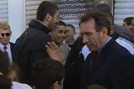 En 2002, François Bayrou, filmé, lève la main pour gifler un enfant de 11 ans qui tente de le fouiller.