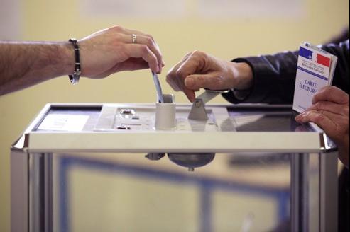 Une personne vote à Saint-Ouen pour le second tour de la présidentielle, le 6 mai 2007.