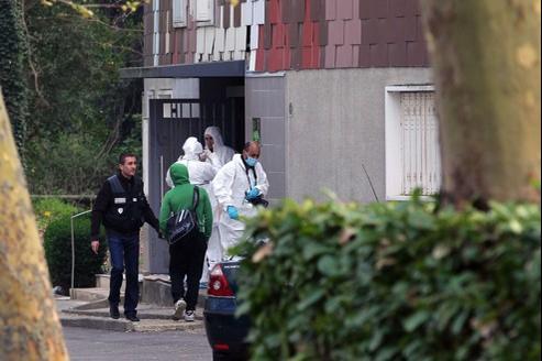 La police scientifique prélève des indices devant le domicile de la victime.