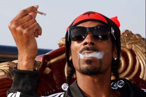 Snoop Dogg fumant un cigarillo, lors d'un concert MTV, à Malte.