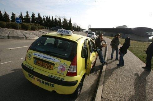 Centre d'examen à Saint-Priest (69). Nicolas Sarkozy propose que les auto-écoles viennent enseigner elles-mêmes dans les lycées et que l'examen du Code de la route soit organisé au sein des établissements.