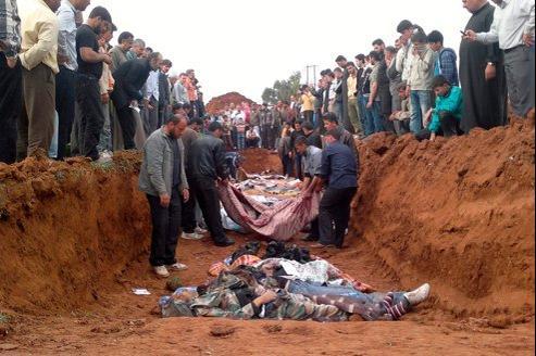 Des combattants opposés à Bachar el-Assad, tués lors de combats avec les forces de Damas, sont enterrés, jeudi dernier, dans une fosse commune à Taftanaz, à l'est d'Idlib.