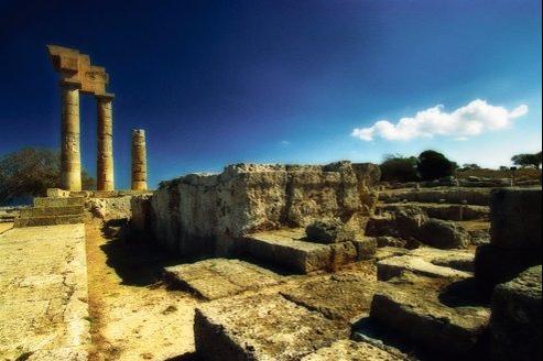 L'acropole de la vieille ville et les vestiges des colonnes du temple d'Apollon, à Rhodes.