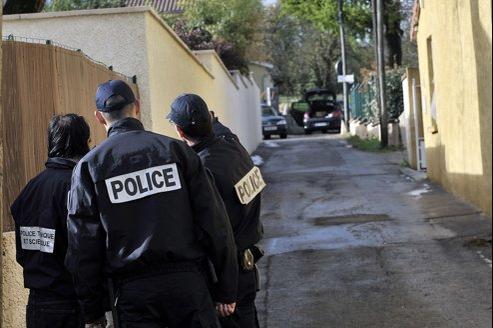 Les policiers cherchent des indices dans l'impasse où a été retrouvé le véhicule à Décines.