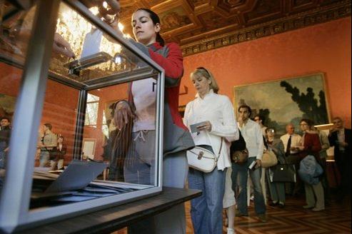 Des Français votent au second tour de la présidentielle de 2007 au consulat de New-York.