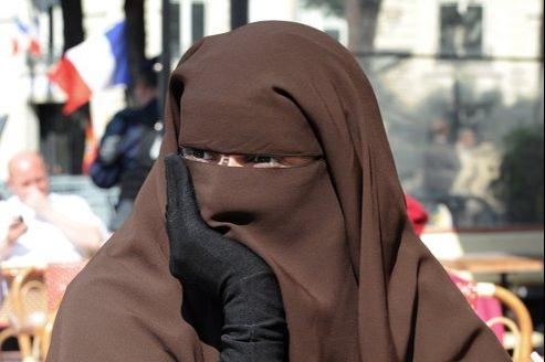 Une femme en niqab, près de l'Assemblée nationale, en avril 2011. À une terrasse de café, elle entendait alors protester contre l'adoption par les députés de la loi sur le voile intégral.