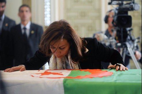 Le cerceuil d'Ahmed Ben Bella a été exposé au Palais du peuple. où des centaines d'Algériens sont venus se recueillir.