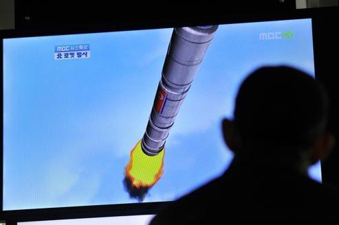 Un Sud-Coréen regarde à la télévision le lancement de la fusée nord-coréenne.