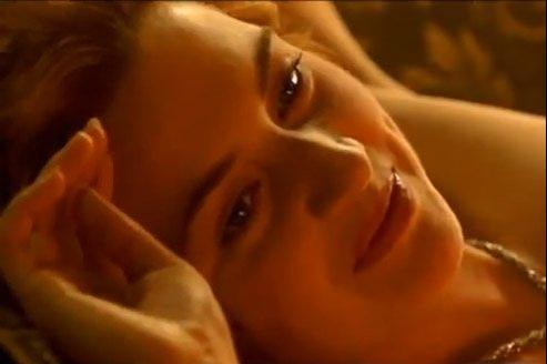 La scène de nu a été recadrée de façon à ce que la poitrine de Kate Winslet n'apparaisse pas à l'écran.