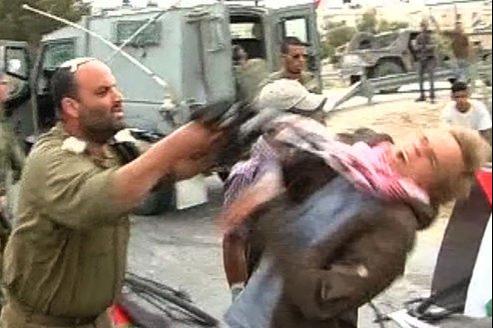 Capture d'écran de la vidéo de l'incident entre un officier israélien et un manifestant danois, lundi, dans la vallée du Jourdain.