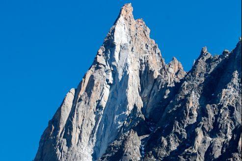 En septembre dernier, un écroulement de roches a redessiné la face ouest des Drus, dans le massif du Mont-Blanc.