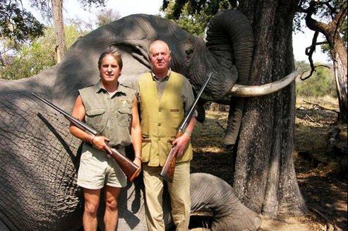 Juan Carlos (à droite) pose devant un éléphant abattu en 2006.