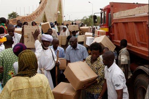 Des bénévoles déchargent un camion de médicaments destinés à une organisation humanitaire malienne, vendredi dernier, à Bamako.