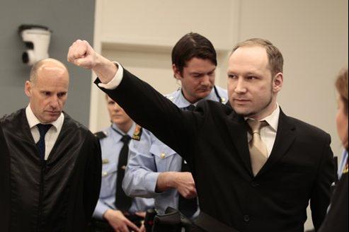 Anders Breivik a adressé un salut d'extrême droite aux familles de victimes et aux survivants, lundi matin.