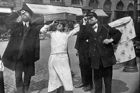 Des Parisiens observent l'éclipse solaire du 17 avril 1912, sur une photo publiée le lendemain par «Le Petit Journal».