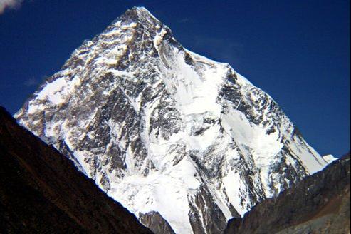 La deuxième montagne la plus haute au monde, le K2, située sur la frontière sino-pakistanaise, dans le massif du Karakoram.