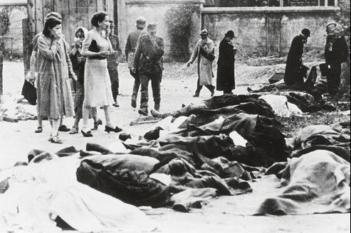 Hommes et femmes cherchent leurs proches parmi les Juifs fusillés lors de la prise de la ville de Lemberg par les troupes auxiliaires nationalistes ukrainiennes de la Wehrmacht. Juillet 1941.