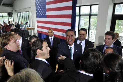 Mitt Romney salue des supporteurs, jeudi, lors d'un déplacement de campagne à Charlotte, en Caroline du Nord.