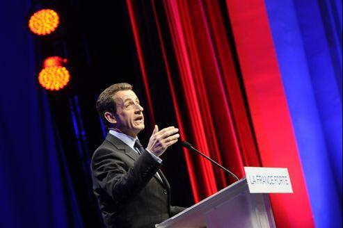 Nicolas Sarkozy a lancé dimanche un défi à François Hollande en lui proposant trois débats entre les deux tours.