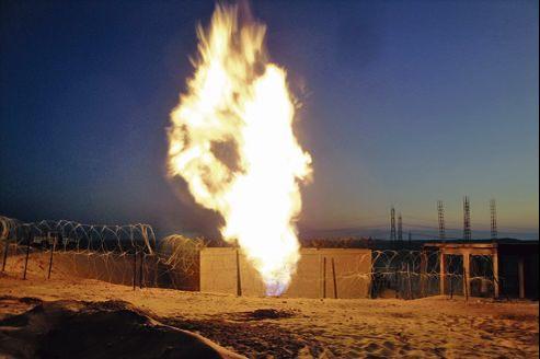 Le gazoduc qui traverse le Sinaï entre l'Égypte et Israël a été la cible d'attentats répétés (ici en juillet 2011), et pratiquement une fois par mois, depuis la révolution égyptienne de février2011.