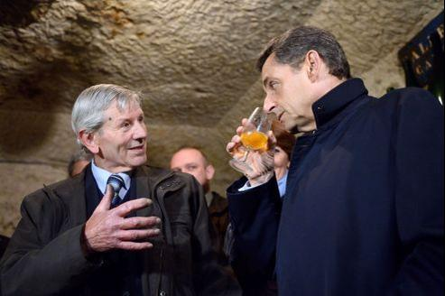Lundi, en campagne pour le deuxième tour, Nicolas Sarkozy a visité une cave à Vouvray, où il s'est prêté à l'exercice inhabituel pour lui de dégustation d'un vin blanc de vingt ans d'âge.
