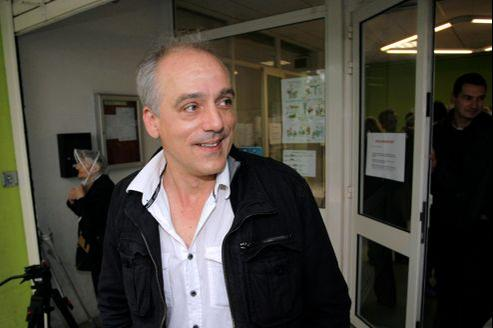 Philippe Poutou, dimanche, quitte, après avoir voté, un bureau de vote à Bordeaux.