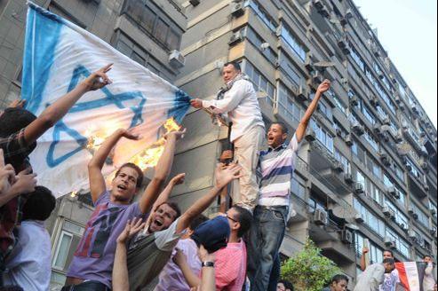 Un incident frontalier entre les soldats israéliens et égyptiens avait déclenché de violentes manifestations, qui avaient culminé par le sac de l'ambassade israélienne au Caire en septembre (notre photo).