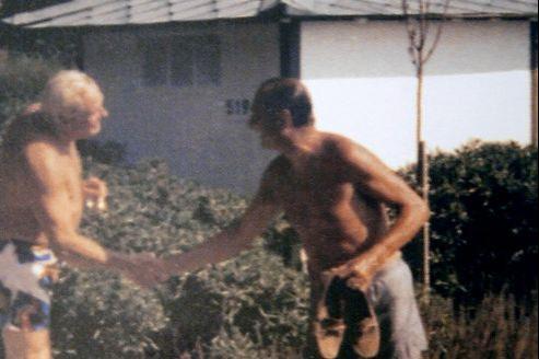 Jacques Chirac, alors premier ministre, serre la main à Jean-Marie Le Pen à l'été 1987 au Cap d'Antibes. Chirac avait pourtant déclaré qu'il refusait «de serrer la main» au président du Front national.