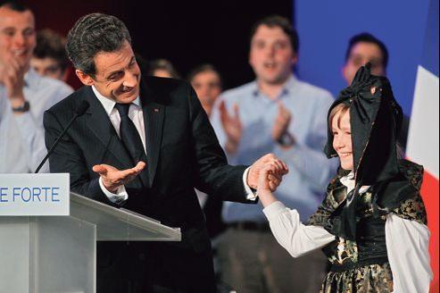 Nicolas Sarkozy avec une petite Alsacienne, mercredi lors d'un meeting à Cernay, près de Mulhouse.