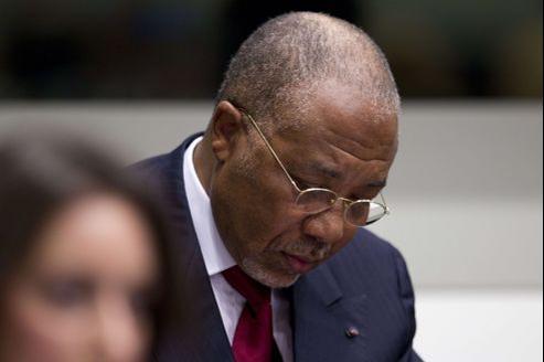 L'ex-président prend des notes sur un carnet, jeudi, à l'ouverture de l'audience consacrée à la lecture de son jugement.