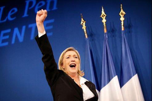 Le 3e homme est une femme. Arbitre au second tour, Marine Le Pen se refuse encore à choisir entre Nicolas Sarkozy et François Hollande. Crédits photo: Philippe Huynh-Minh/MAXPPP