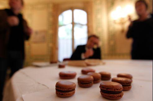 La dégustation a eu lieu dans un des salons de l'Hôtel Regina (Ier), sous le contrôle du chef-pâtissier Christophe Felder.
