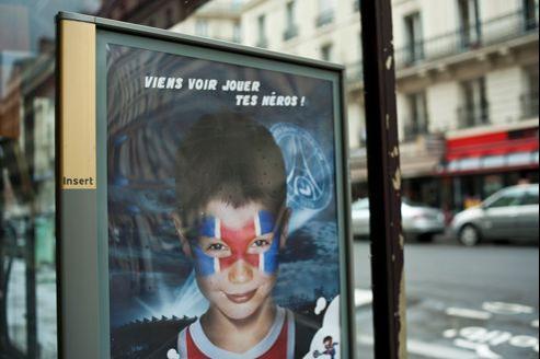 Un panneau d'affichage Insert sur la vitrine d'un café parisien.