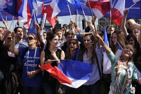 Des partisans de Nicolas Sarkozy sur la place du Trocadero, mardi.