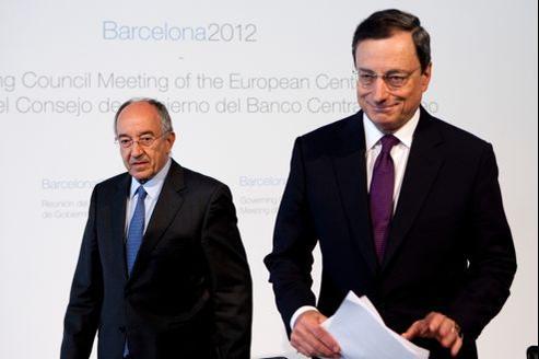 La stratégie de réduction des déficits doit mettre l'accent «sur une diminution des dépenses courantes (et non des investissements publics) plutôt que sur des relèvements d'impôts», estime Mario Draghi (à droite).