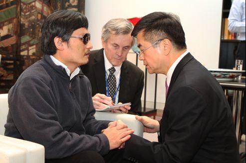Chen Guangcheng (à gauche) s'entretient avec Gary Locke, ambassadeur américain en Chine, mercredi à Pékin.