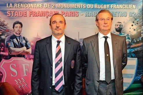 Les présidents du Stade Français, Thomas Savare, et du Racing-Métro 92, Jacky Lorenzetti, en octobre dernier devant l'affiche du match aller. Byron Kelleher (à gauche) et Sébastien Chabal (à droite) ne disputeront pas le match retour après leur limogeage récent.