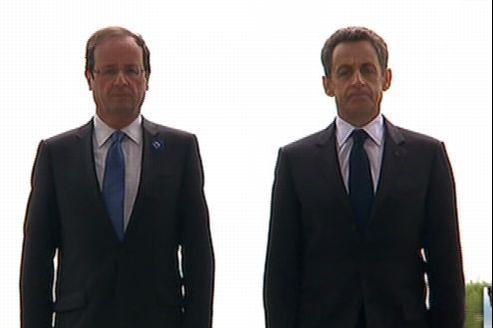 François Hollande et Nicolas Sarkozy ensemble mardi matin sous l'Arc de triomphe. Capture France 2.