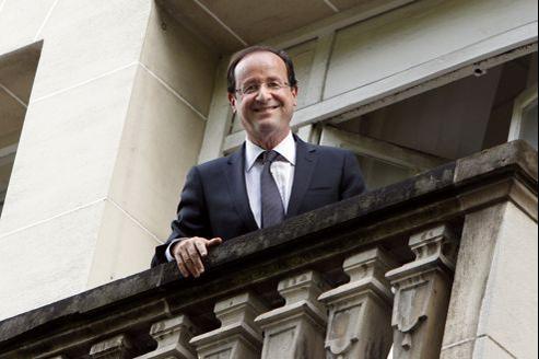 François Hollande à son balcon, lundi matin rue Cauchy.