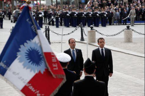 Nicolas Sarkozy, président de la République, et François Hollande, président élu, côte à côte devant la tombe du Soldat inconnu.