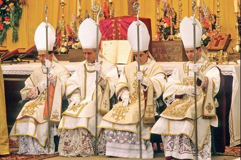 Les évêques Bernard Tissier de Mallerais, Richard Williamson, Alfonso de Galarreta et Bernard Fellay lors de leur ordination par MgrLefebvre, en juin 1988 en Suisse.