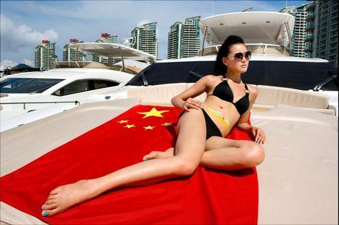 Faire poser des jeunes femmes aussi dénudées est inconcevable en Chine, mais pas à Hainan.Celle-ci posait pour des yachts au Salon du luxe. Quinze jours plus tard au Salon de l'auto à Shangaï, d'autres modèles, beaucoup plus habillées ont déclenché un scandale.
