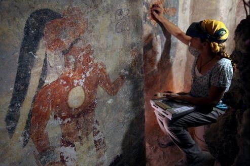 Travail de conservation sur l'une des fresques découvertes dans une petite salle du temple maya de Xultun au Guatemala.