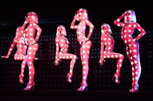 Les danseuses du Crazy Horse travaillent six jours par semaine et montent sur scène deux fois par soir.