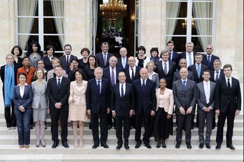 La traditionnelle photo de famille du nouveau gouvernement prise à l'occasion du premier conseil des ministres ce jeudi.