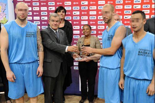 Pour sa première sortie en tant que ministre de la Justice, Christiane Taubira s'était rendue vendredi à un tournoi de basket réunissant des surveillants de prison et des détenus au Palais omnisports de Paris-Bercy.