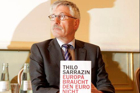 Pour Thilo Sarrazin (ici avec son livre «L'Europe n'a pas besoin de l'Euro») la création d'une union monétaire sans union politique était une folie.