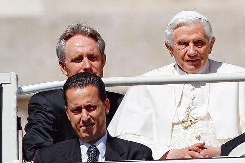 Le majordome Paolo Gabriele (au premier plan) avec le pape Benoît XVI, place Saint-Pierre à Rome, le 23 mai.